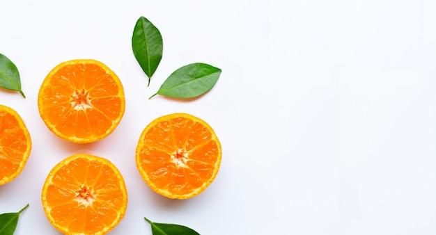 白い背景の上の葉とオレンジ色の果物。 Premium写真