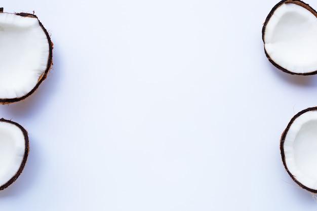 Спелые кокосы на белом Premium Фотографии
