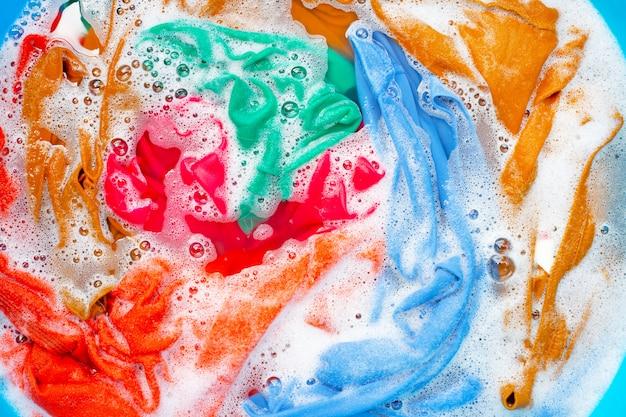 色のついた服は洗濯する前に浸してください。 Premium写真