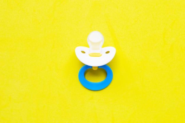 黄色の赤ちゃんおしゃぶり Premium写真