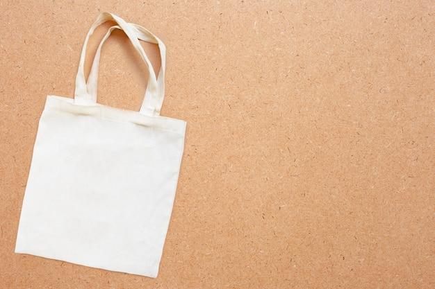 Белая тканевая сумка на фанере. Premium Фотографии