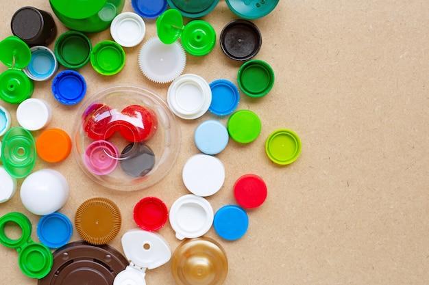 Красочные пластиковые крышки для бутылок и пластиковая стеклянная крышка на фанере Premium Фотографии
