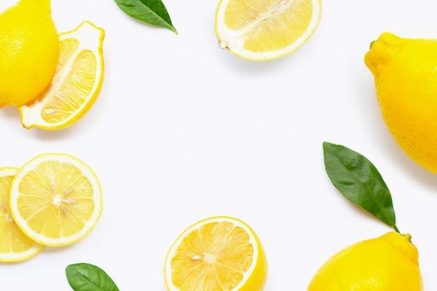 スライスと分離した葉と新鮮なレモンで作られたフレームの背景 Premium写真