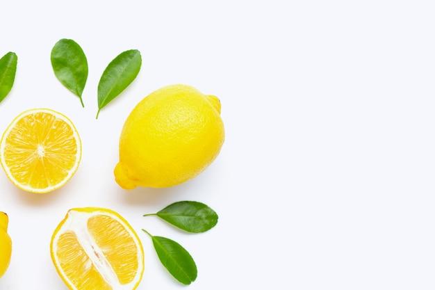 レモンと白で隔離の葉でスライス。 Premium写真
