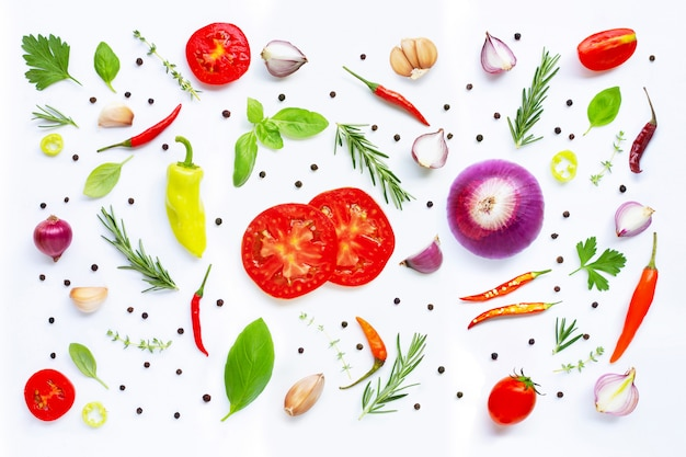 さまざまな新鮮な野菜とハーブの白い背景の上。 Premium写真