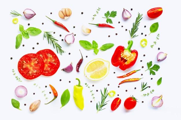 さまざまな新鮮な野菜とハーブの白い背景の上。健康的な食事 Premium写真