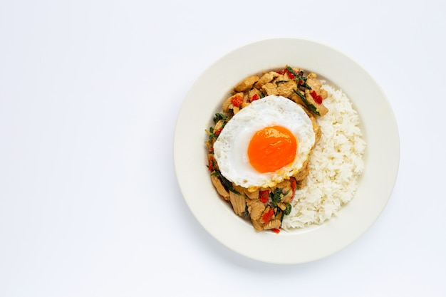 鶏肉と聖なるバジル炒め、目玉焼きをのせたご飯 Premium写真