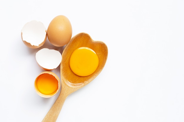 白い背景の上の卵。 Premium写真