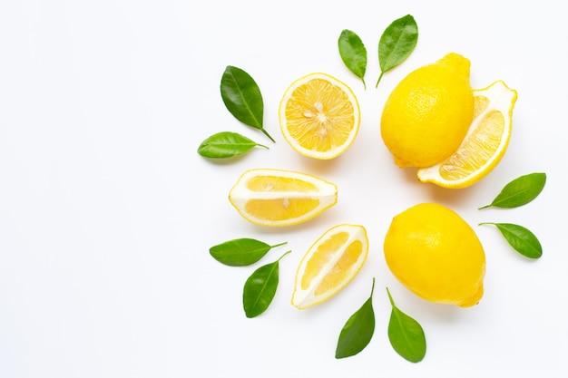 Свежий лимон с листьями, изолированные на белом Premium Фотографии