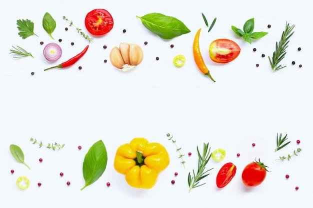 Различные свежие овощи и травы на белом. концепция здорового питания Premium Фотографии