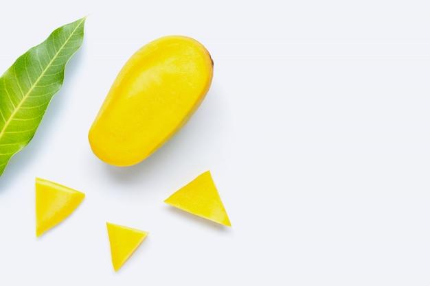 トロピカルフルーツ、白い背景の上のマンゴー。 Premium写真