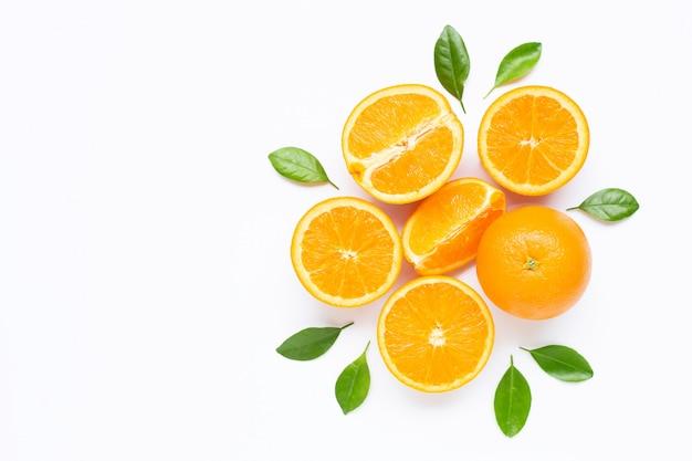 Свежие оранжевые цитрусовые с листьями, изолированные на белом фоне. Premium Фотографии