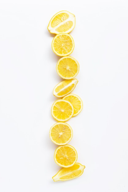 白い背景の上の新鮮なレモンスライス。 Premium写真