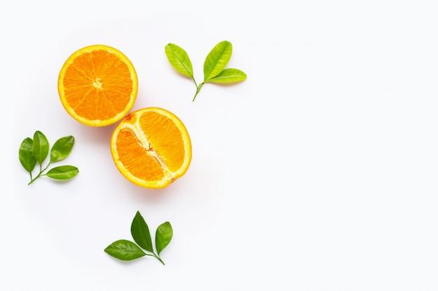 白い背景で隔離の葉と新鮮なオレンジの柑橘系の果物。 Premium写真