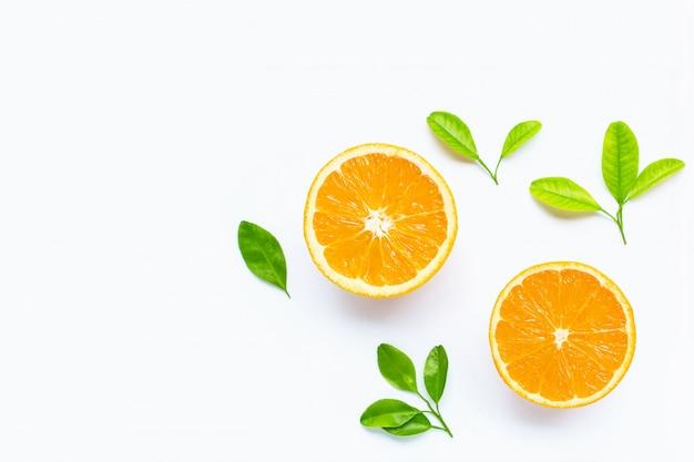 Свежие оранжевые цитрусовые с листьями, изолированные на белом Premium Фотографии