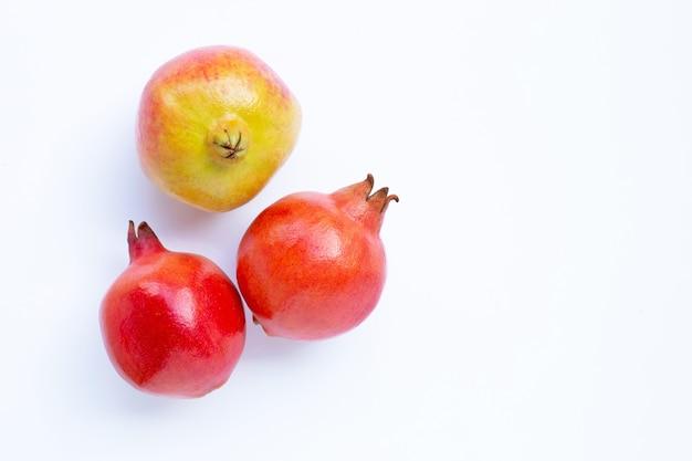 白の熟したザクロの果実のトップビュー Premium写真