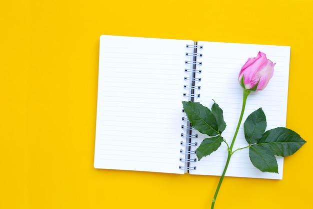 ローズと日記のノート。 Premium写真