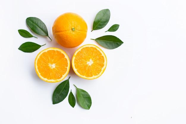 オレンジ色の果物と葉の上に白い背景が表示されます。 Premium写真