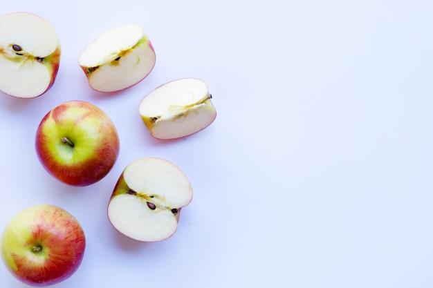 Яблоки, изолированных на белом фоне. вид сверху Premium Фотографии