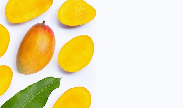 Тропический плодоовощ, куски манго на белой предпосылке. Premium Фотографии