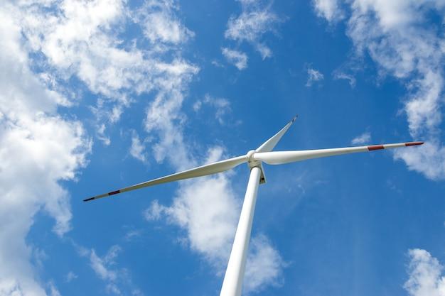 再生可能なグリーンエネルギーの生産のための美しい自然の風景の中の風力タービン発電機。 Premium写真
