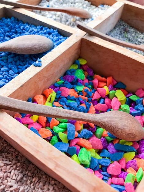 美しい植木鉢を作成するためのカラフルな細かい石のトレイ。 Premium写真