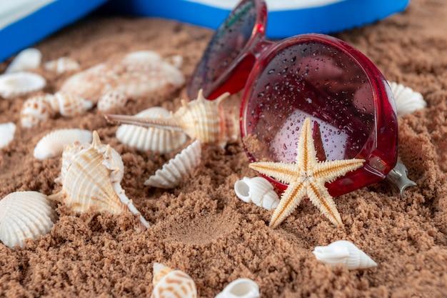 Пляжные аксессуары на песке Premium Фотографии