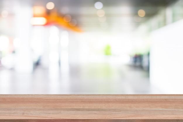 都市通りと木製の棚の背景をぼかし Premium写真