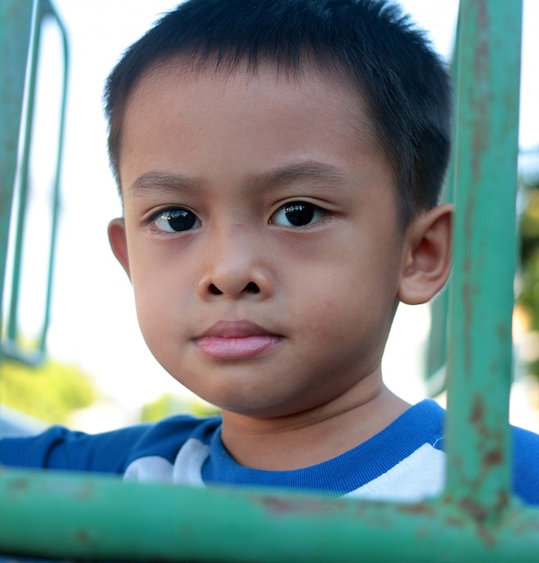 Портрет милого молодого азиатского ребенк в таиланде Premium Фотографии
