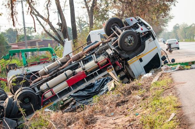 トラック事故事件後、トラックは道路上にあります。 Premium写真