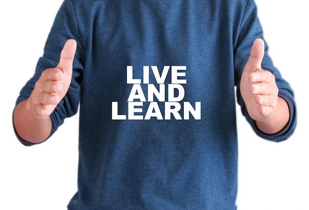 テキストを持つ男性の手は生きて学びます Premium写真