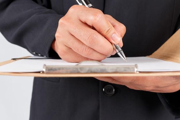 ドキュメントを扱う実業家契約にサインアップ Premium写真