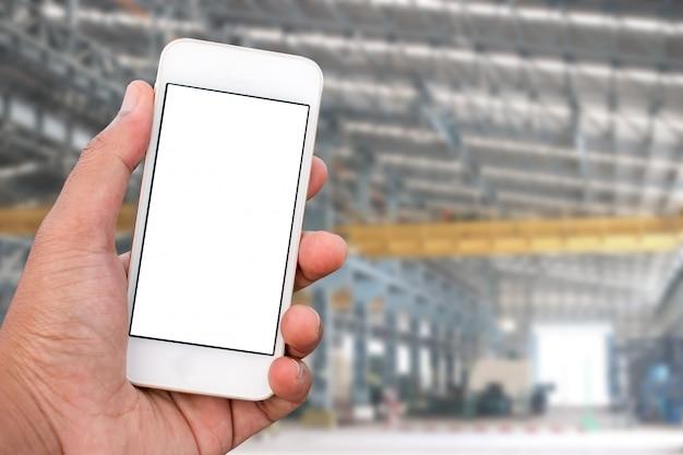 垂直位置に空白の画面を持つモバイルスマートフォンを持っている手 Premium写真