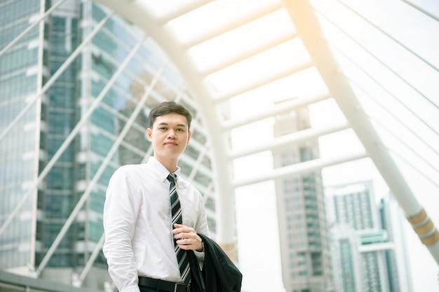 Азиатский деловой человек собирается работать. он в час пик. его офис находится в городе бангкок. Premium Фотографии