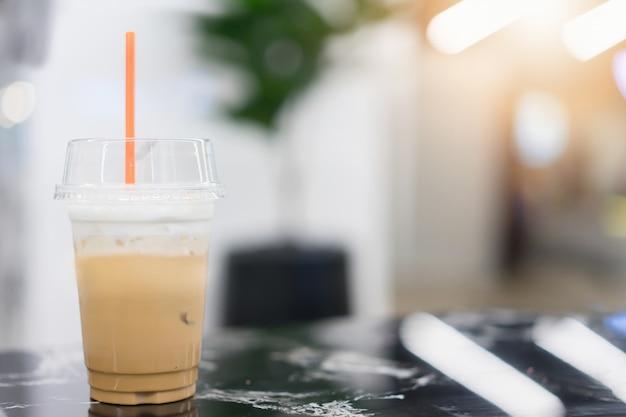 テーブルの上のアイスコーヒー。コーヒーショップでメニューを飲む Premium写真