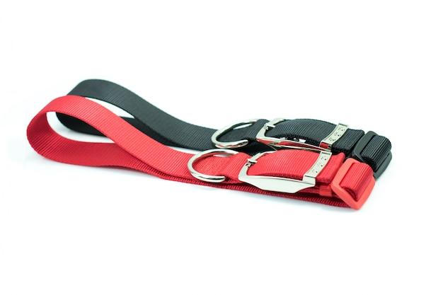 犬用の首輪についてのペット用品。黒と赤の襟。 Premium写真