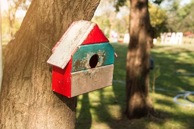 公共の公園で木の上のリスの家。 Premium写真
