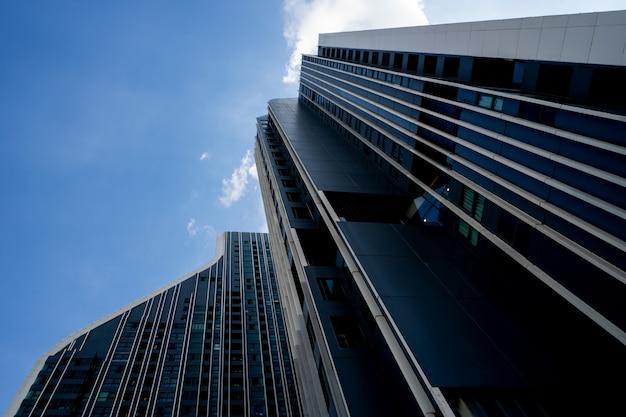 青い空とモダンな建物 Premium写真