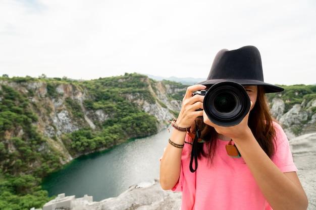 女性プロの写真家が自然写真を撮る Premium写真