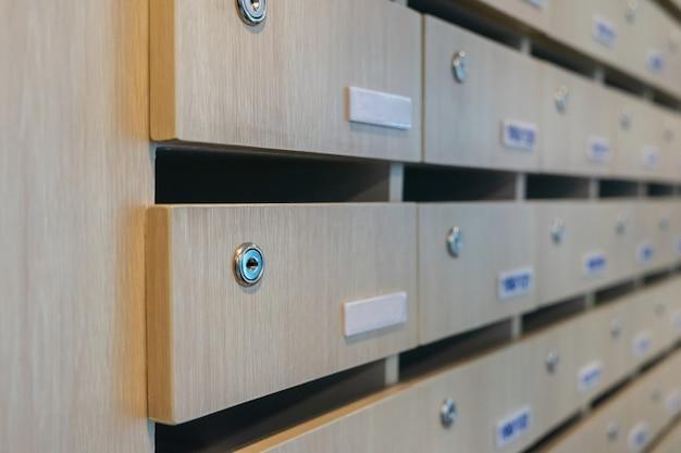 空の木製メールボックスのキーインテリア装飾のアイデア Premium写真