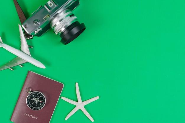Компас и аксессуары для путешествий с копией пространства Premium Фотографии
