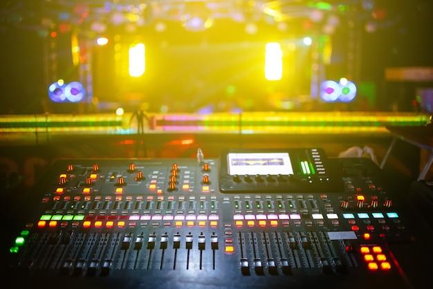 ステージ、コンサートの背景がぼやけて、黄色の光の音楽ミキサー Premium写真