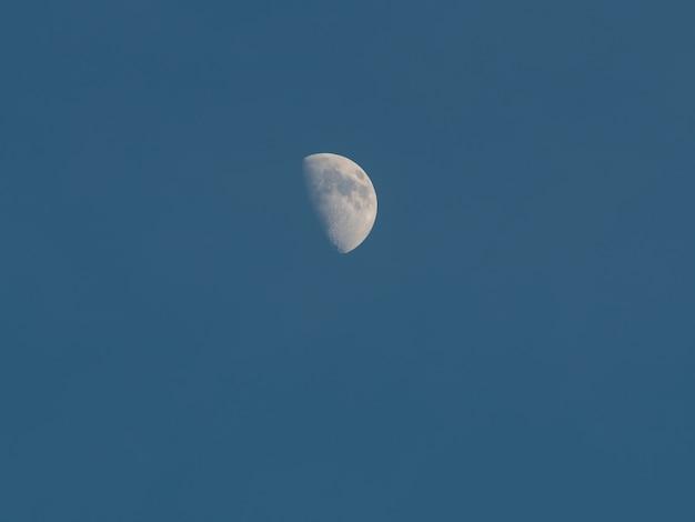 青い空の月の日 Premium写真