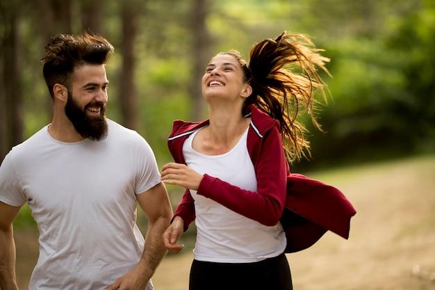 自然の中で屋外でジョギングするカップル Premium写真