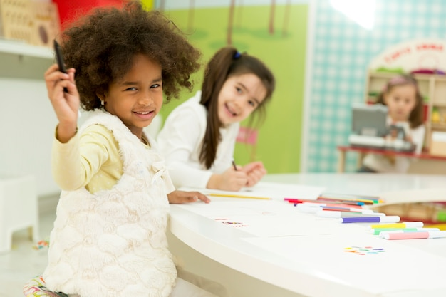 遊び場にいる多人種の子供たち Premium写真