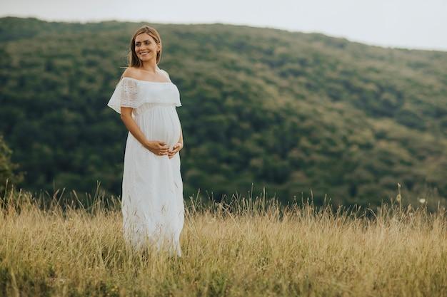 若い、妊娠中の女性、外、自然、リラックス Premium写真