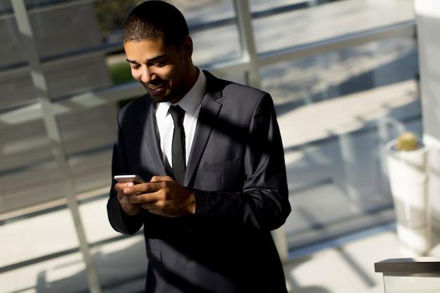 若い、黒、男、電話、オフィス Premium写真
