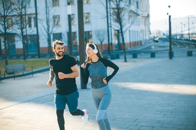 朝に走っている若いカップル Premium写真