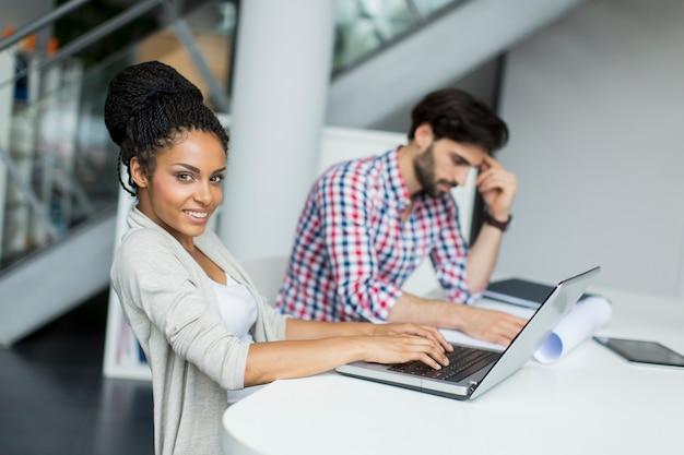 事務所の若い人たち Premium写真
