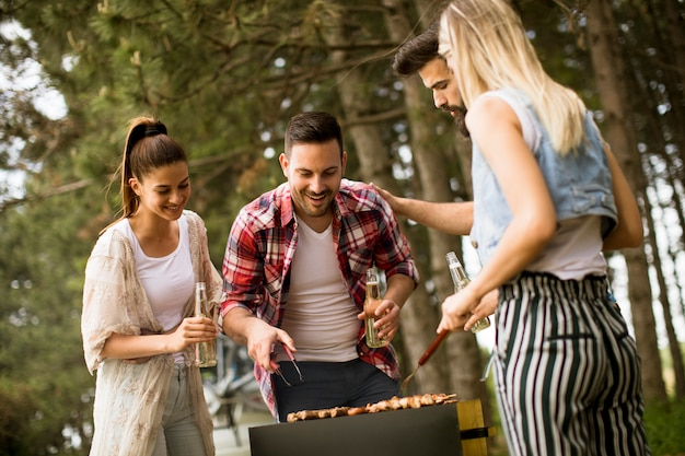 自然の中でバーベキューパーティーを楽しむ若者たち Premium写真